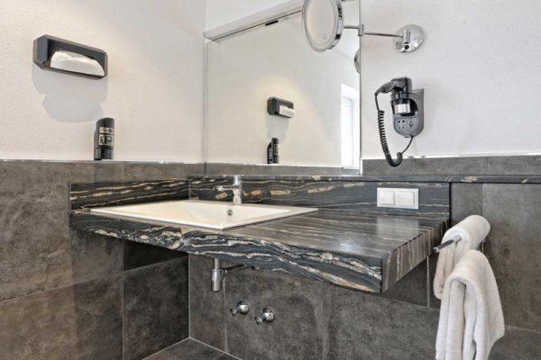 renoviertes Waschbecken in einem Bad am Chiemsee